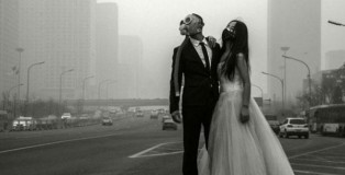 Chinese Couple Poses With Gas Masks For Their Wedding Photos to Protest Heavy Pollution In China.