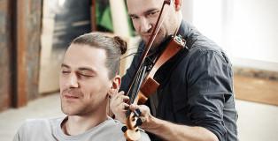 Tadas Maksimovas - Suonare il violino con i capelli