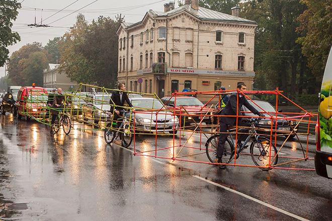 La protesta delle biciclette travestite da automobili.