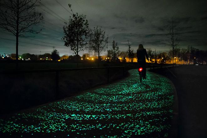 La pista ciclabile luminosa ispirata alla notte stellata di Van Gogh
