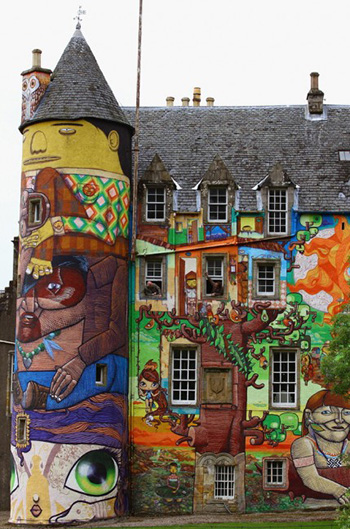 Kelburn Castle - Graffiti psichedelici. Photo by Jeff J Mitchell via Getty Images