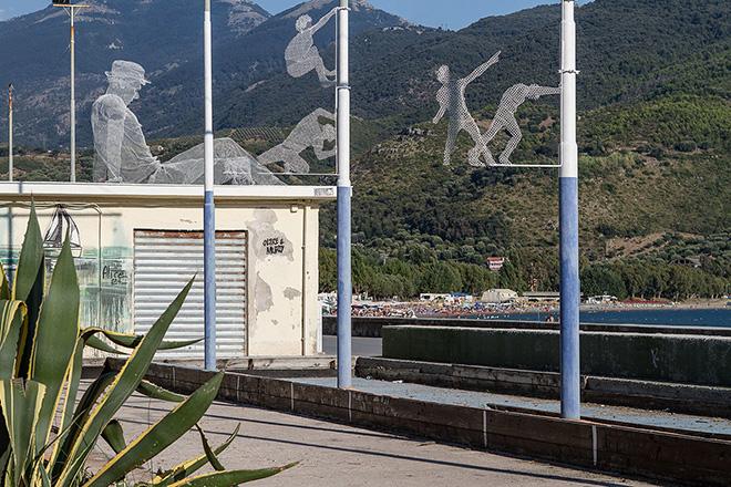 Sapri, opera di Tresoldi addio. Per contratto è stata rimossa dal lungomare. E a Malta è stato coperto il murale che parlava di migrazione insieme alla Città della Spigolatrice.
