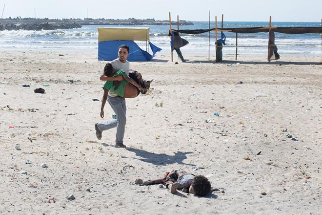 Tyler Hicks - Beach Casualities - World Press Photo of the year 2014