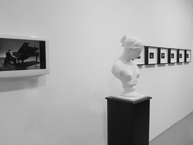 Corpicrudi, Sinfonia in Nero (2014) - LCD monitor, scultura in gesso e cera, serie fotografica - Veduta dell'installazione - Credits: Corpicrudi, Courtesy: Traffic Gallery (BG)