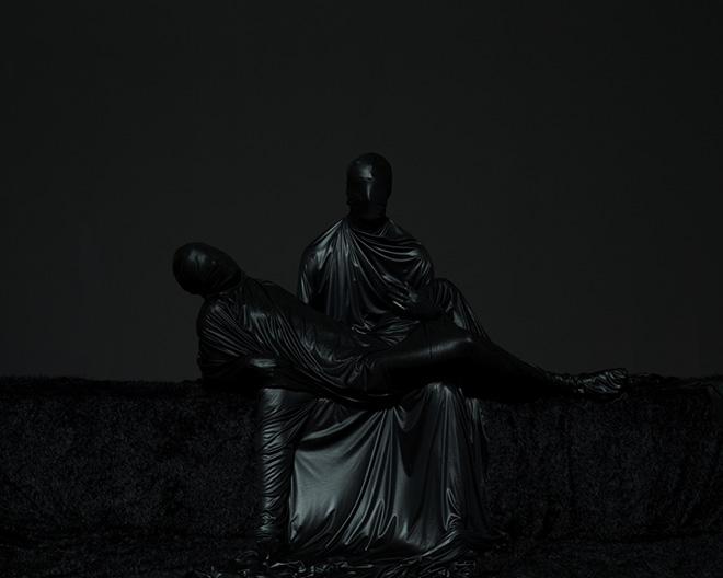 Mustafa Sabbagh, Untitled - serie: Onore al Nero (2014) - Stampa fotografica lambda su dibond, 100x125 cm - ed. di 5 + 1 PA - © Mustafa Sabbagh