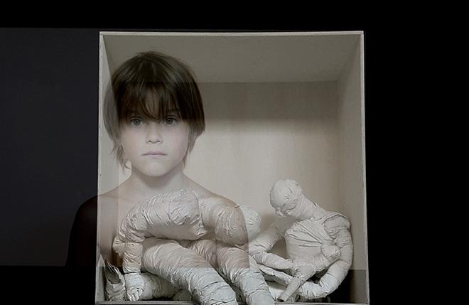 mustafa sabbagh, das unheimliche, 2015 installazione multimediale, dettaglio bende ortopediche, video-loop, legno, ferro - dimensioni ambientali © mustafa sabbagh
