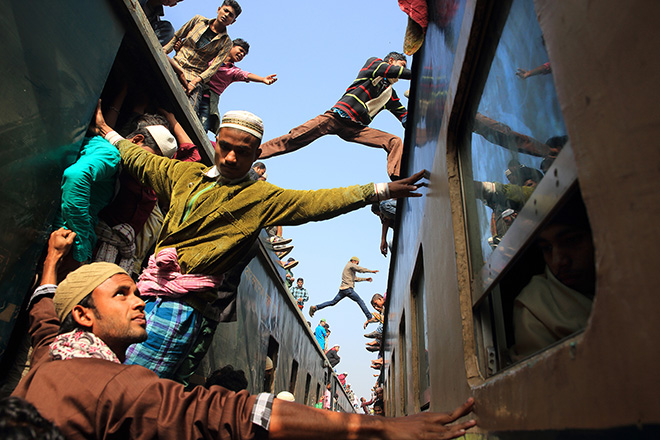Noor Ahmed Gelal (BANGLADESH) - Jumping over the train, Tongi Railway Station, Gazipur (Bangladesh) - 2015. 1 classificato TRAVEL,  Siena International Photography Awards.