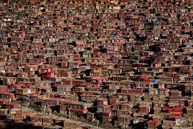 Jørgen Johanson (NORWAY) - Larung gar buddhist Academy, Sertar, Sichuan Province (China) - 2013. 1 classificato ARCHITECTURE,  Siena International Photography Awards.
