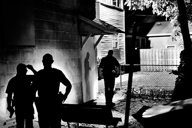 ©Paolo Pellegrin - Diversi agenti di polizia perquisiscono una casa alla ricerca di un sospetto armato Northeast Rochester, NY. U.S.A. 2012