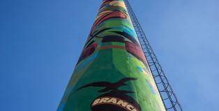 Orticanoodles - Street art sulla ciminiera. Svetta la nuova Ciminiera Branca nel cielo di Milano: 55 metri di colore.