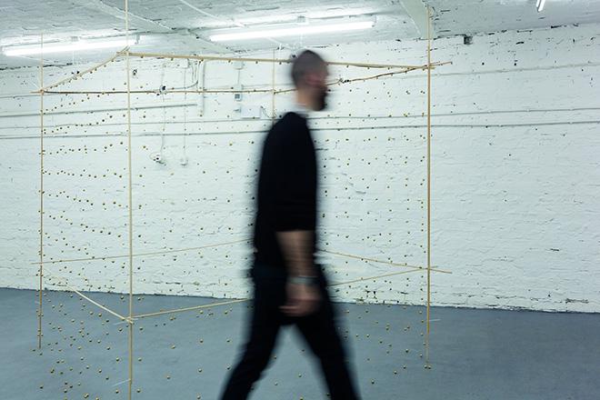 Gianni Moretti, La seconda stanza (II-antropometria), 2013, campanellini, legno, fascette autobloccanti, filo di nylon, piccoli motori vibranti, sensore di movimento, 188x187x187 cm