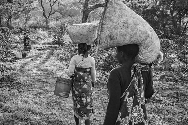©Jakob de Boer - Origin, Coffee Pickers Returning, Tanzania 2015, Selenium toned, gelatin silver print - 38 X 58 cm