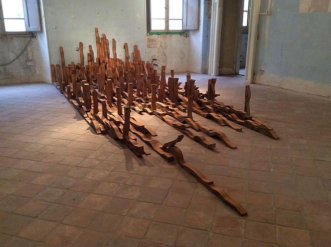Federico Guerri - Una sola moltitudine, 2015, legno,dimensionie composizione variabili