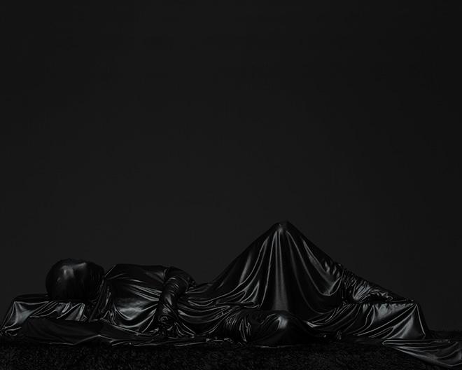 Mustafa Sabbagh - onore al nero _ untitled, 2016, stampa fine art su dibond, 100x125 cm , ed. di 5 + 1 PA – courtesy: l'artista