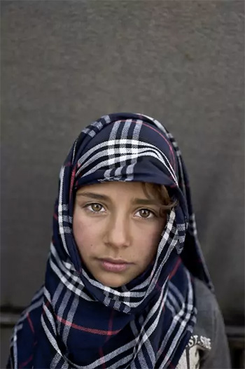 Muhammed Muheisen / AP Photo - Hiba So'od, 6 anni, viene da Hassakeh, Siria. La foto è stata scattata il 12 marzo in un campo profughi vicino al confine siriano nella periferia di Mafraq, Giordania.
