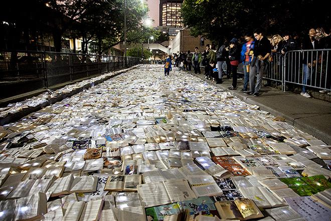 Luzinterruptus - Literature vs Traffic, installazione a Toronto. photo credit: Lola Martínez