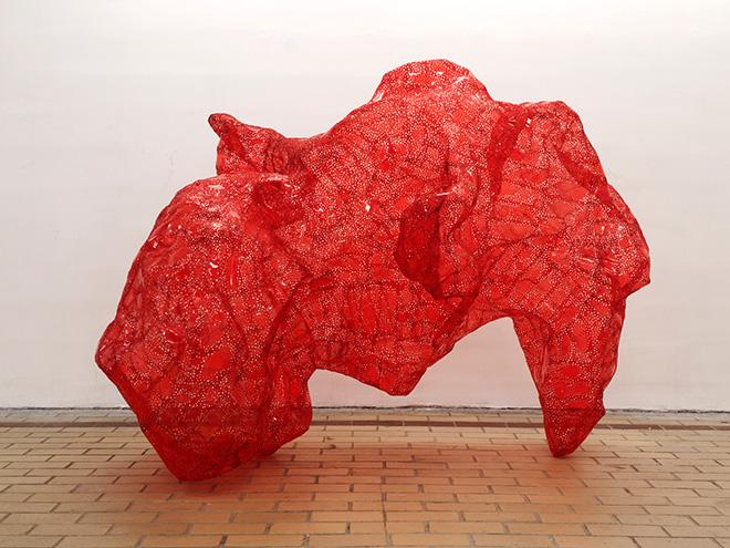 Tatiana Wolska (Francia) - Untitled, 2015, bottiglie in plastica termosaldata, cm 272x150x140