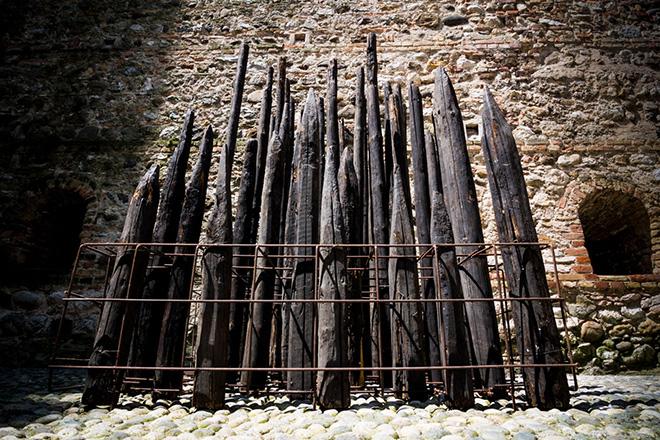 Franca Ghitti - Bosco bruciato, anni Novanta, installazione, legno bruciato, rete di ferro. photo credit: ©Fabio Cattabiani