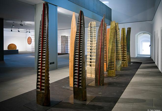 Franca Ghitti - Bosco, primi anni Ottanta, installazione, legno e lamine di ferro. photo credit: ©Fabio Cattabiani