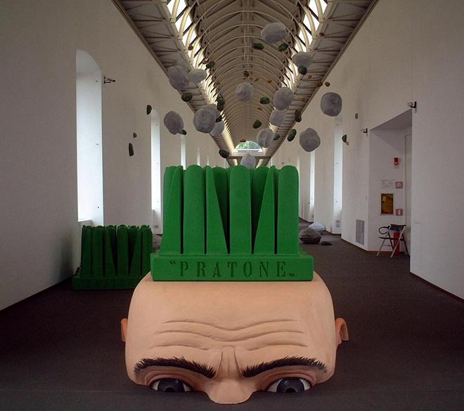 Franco Mello con Piero Perotti - Testone con pratone, 2002, poliuretano espanso, Gufram Italia. Allestimento al Castello di Rivoli per la 20mostra The Rock Furniture