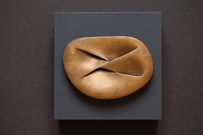 MERET OPPENHEIM - Unterirdische Schleife, 1960/1977, bronzo, 8,5 x 12 x 1 cm. Collezione privata