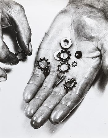 Anton Stankowski, (Gelsenkirchen, Germania, 1906 – Esslingen am Neckar, Germania, 1998). Gioielli, 1930/1960 Juwelen, 1930/1960.  Stampa ai sali d'argento 7 Gelatin silver print, 29,4 × 37,9 cm. © Stankowski-Stiftung