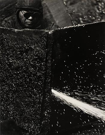 Kiyoshi Niiyama (Prefettura di Ehime, Giappone, 1911 – Tokyo, Giappone, 1968) Senza titolo (Saldatore), anni cinquanta-sessanta. Untitled (Welder), 1950s-1960s, Stampa ai sali d'argento / Gelatin silver print, 52,4 × 41,2 cm. © Estate of the Artist - Kiyoshi Niiyama