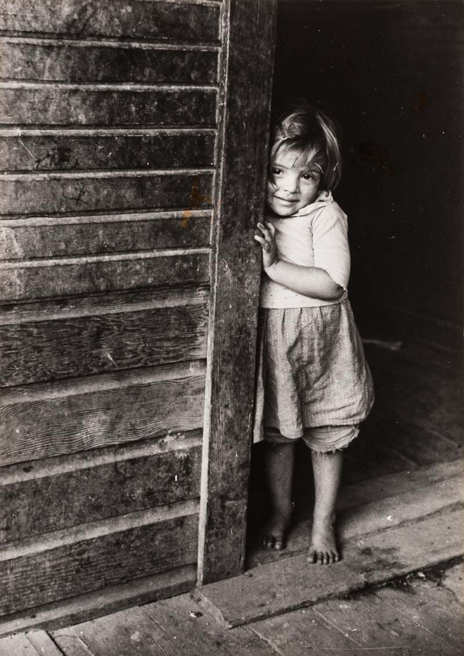 Marion Post Wollcott (New Jersey, USA, 1910 – Santa Barbara, USA, 1990). Figlio di minatori, West Virginia, 1939 Miner's Child, West Virginia, 1939. Stampa ai sali d'argento / Gelatin silver print 21,6 × 15,6 cm. © Marion Post Wolcott