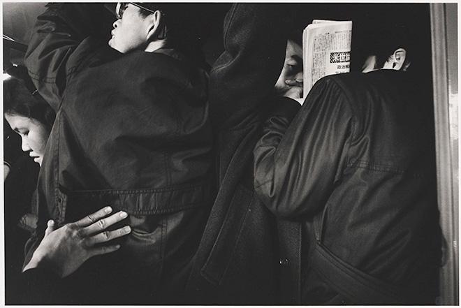 """Yutaka Takanashi (Shinjuku, Giappone, 1935), Shinjuku Station, Shinjuku-ku, dalla serie Toshi-e, 1965 Shinjuku Station, Shinjuku-ku, from the series """"Toshi-e"""", 1965 Stampa ai sali d'argento/ Gelatin silver print, 20,7 × 30,7 cm. ©Yutaka Takanashi, courtesy   PRISKA PASQUER, Cologne"""