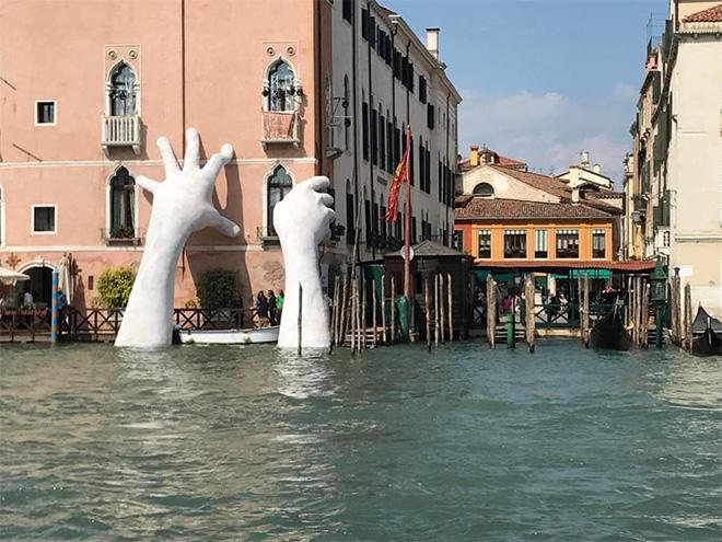 Lorenzo Quinn - Support, installazione Venezia. photo credit: Dario Di Trana