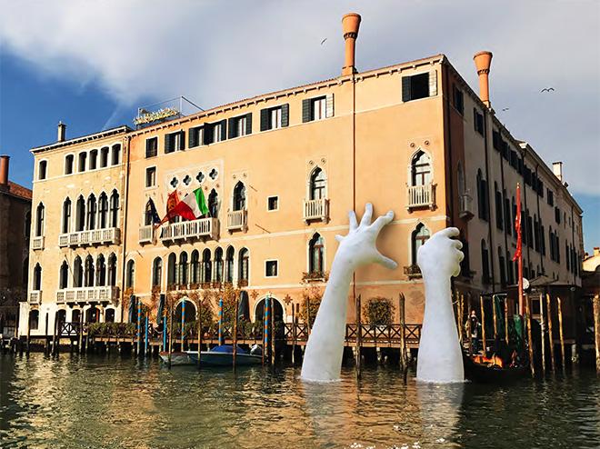 Lorenzo Quinn – Support, installazione a Venezia