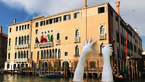 Lorenzo Quinn - Support, installazione a Venezia