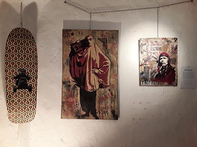 Rab Dauber - Senza Titolo, stencil su skateboard, 2017 + Radio Kabul #3, stencil e collage su tavola, 2015 + Aviatore, stencil e collage su tavola, 2012