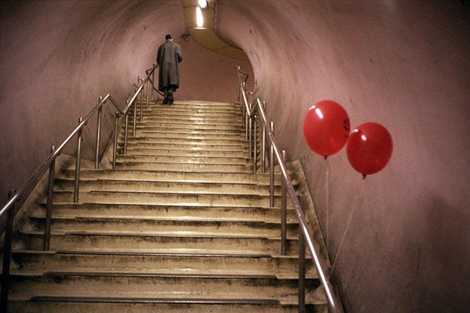Marco Pesaresi - Londra, la metropolitana: King's Cross St. Pancras. Uomo che sale le scale sulla strada che porta all'uscita. ©Marco Pesaresi/Contrasto