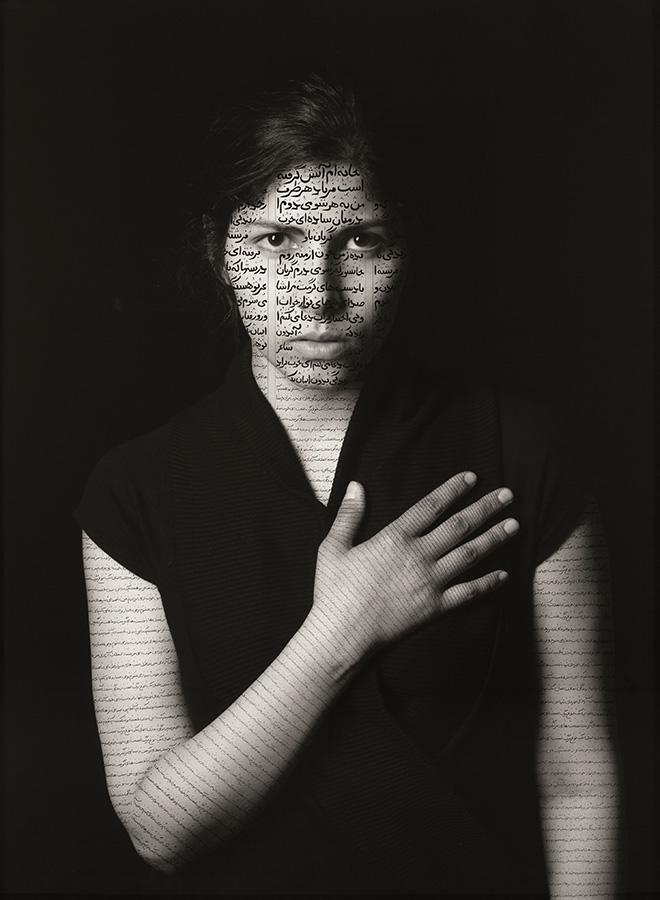Shirin Neshat - Sara Khaki (Patriots), aus der Serie The Book of Kings, 2012, Tinte auf Silbergelatineabzug, 152.4 x 114.3 cm © Shirin Neshat, Courtesy Gladstone Gallery, New York und Brüssel
