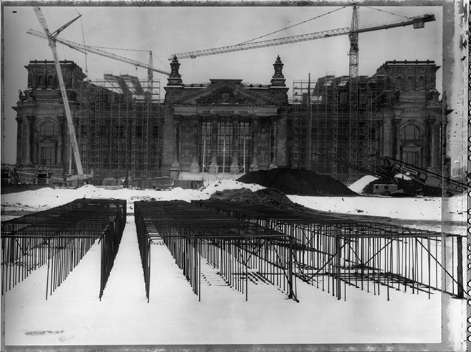 ©Maurice Weiss, dalla serie Ciel de plomb. Cantiere, Reichstag. Berlino, Germania, 1995