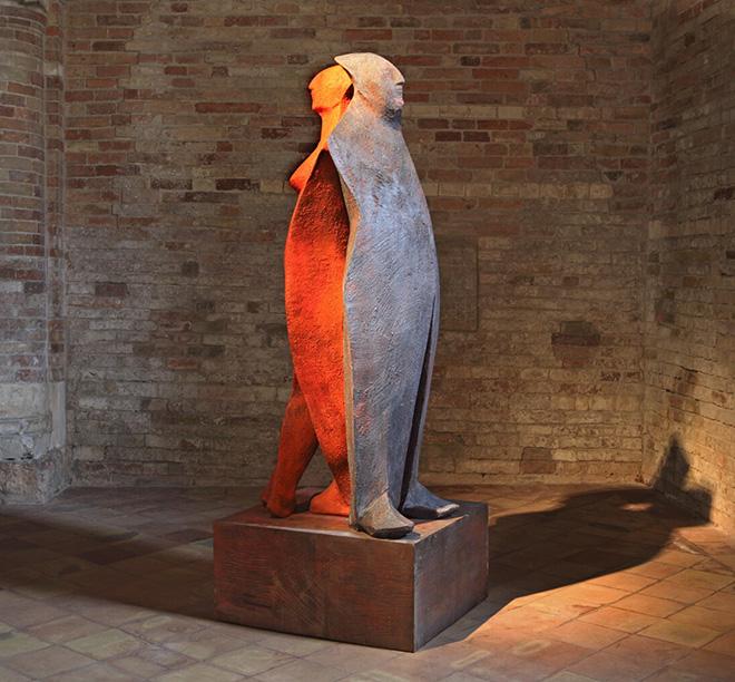 Wilhelm Senoner - Schiena a schiena, 2009, legno di tiglio, colori acrilici e terre, cm 225x88x80