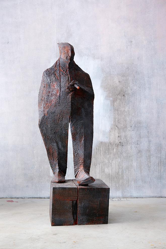 Wilhelm Senoner - Uomo con sigaro, 2016, legno di tiglio, colori acrilici e terre, cm 195x60x60