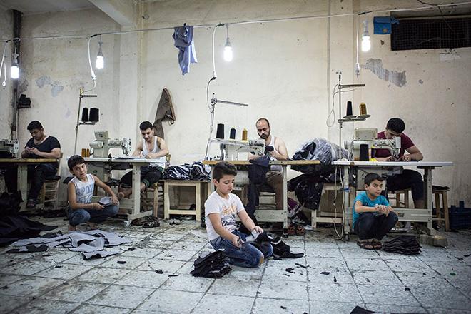 Valerio Muscella - Bambini siriani realizzano jeans per bambini, Turchia, 15 maggio 2016