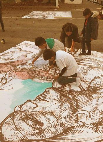 Murales Coronilla - Gio Manzoni durante il workshop con i bambini di Bergamo