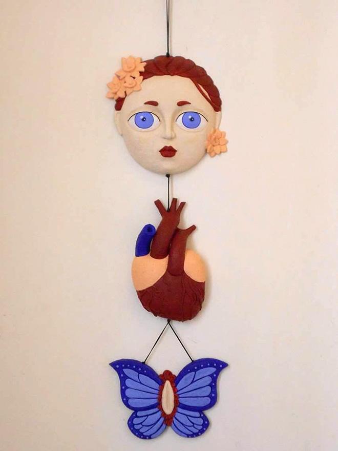 Debora Malis - Lei, terracotta policroma, 21 x68 cm