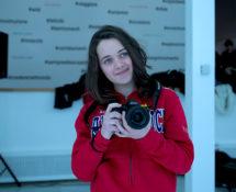 Elisa Etrusco con la fotocamera che ha ricevuto in premio - photo credit: Dino Bertoli