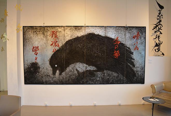 Sisyu - Feasting crow, feasted crow, 2017, 6 pannelli pieghevoli, acrilico su tela, ferro, foglia d'argento, cm 175,5x370,5