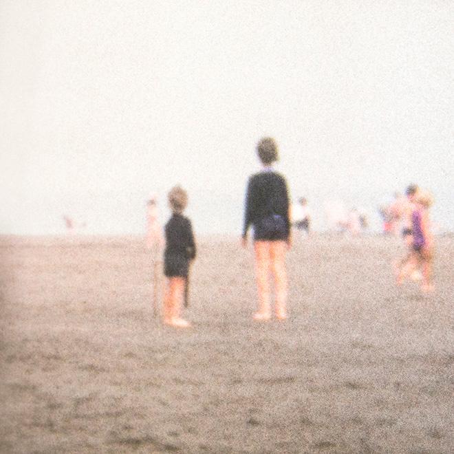 Francesca Catellani - Bambini sulla spiaggia (Rotherham, 1977), fotografia per installazione Memories in Super8, stampa digitale su carta fotografica, cm. 17x17, Galleria Parmeggiani, Reggio Emilia, 2018.