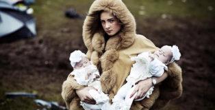 (Mattia Zoppellaro, Contrasto) - Debbie O'Donoughe con i gemelli, 2014. Dalla serie Appleby.