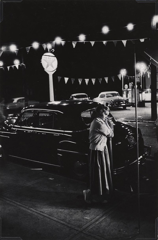 W. Eugene Smith, USA, 1918-1978. Ragazza accanto a un parchimetro, Camera di commercio di Shadyside, Walnut Street / Girl leaning on a parking meter, Shadyside Chamber of Commerce carnival, Walnut Street, 1955-1957. Stampa ai sali d'argento / gelatin silver print, 33.66 x 22.22 cm. Gift of the Carnegie Library of Pittsburgh, Lorant Collection. © W. Eugene Smith / Magnum Photos