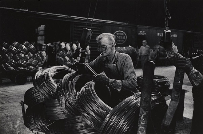 W. Eugene Smith, USA, 1918-1978. Operaio di un'acciaieria che prepara le bobine / Mill Man Loading Coiled Steel, 1955-1957. Stampa ai sali d'argento / gelatin silver print, 22.86 x 34.61 cm. Gift of the Carnegie Library of Pittsburgh, Lorant Collection. © W. Eugene Smith / Magnum Photos