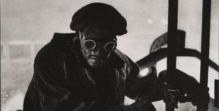 W. Eugene Smith, USA, 1918-1978, Forgiatore / Steelworker, 1955-1957. Stampa ai sali d'argento / gelatin silver print 23.49 x 33.34 cm. Gift of Vira I. Heinz Fund of the Pittsburgh Foundation © W. Eugene Smith / Magnum Photos