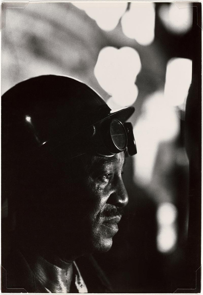 W. Eugene Smith, USA, 1918-1978. Operaio in un'acciaieria / Workman in Mill, 1955-1957 Stampa ai sali d'argento / gelatin silver print, 33.97 x 23.49 cm. Gift of the Carnegie Library of Pittsburgh, Lorant Collection. © W. Eugene Smith / Magnum Photos