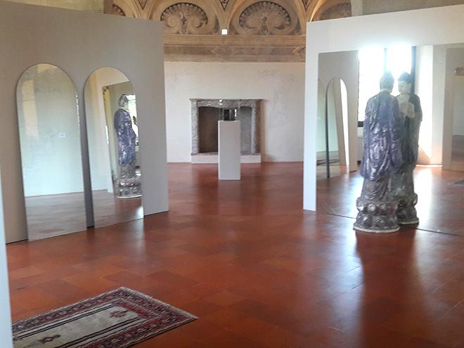 Michelangelo Pistoletto - Il tempio del giudizio, 2009 - 2017, specchio, statua, Buddha, tavole della legge, inginocchiatoio, tappeto
